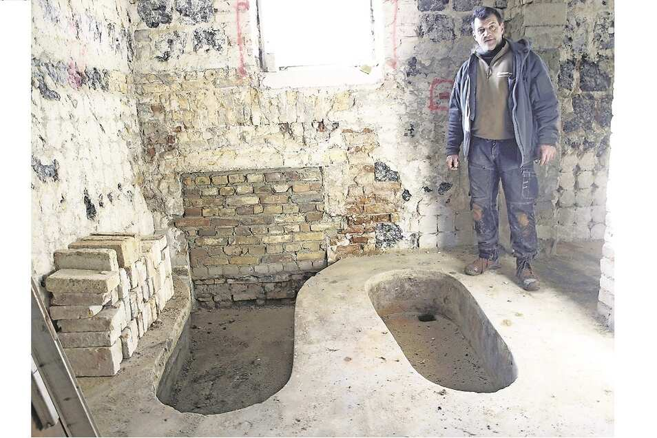 Die Mitarbeiter von Mario Eggert haben überraschende Überreste der einstigen Kur- und Badegeschichte des Gebäudes freigelegt,