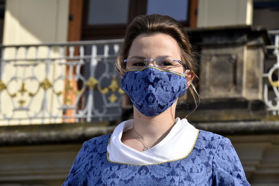Das neue Stollenmädchen Johanna Meitzner stilecht mit passender Maske.
