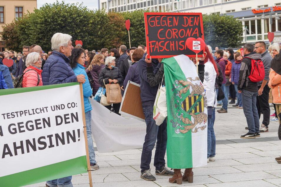 Mehrere Banner und Fahnen der rechtsextremen Freien Sachsen waren in der Demo zu sehen.