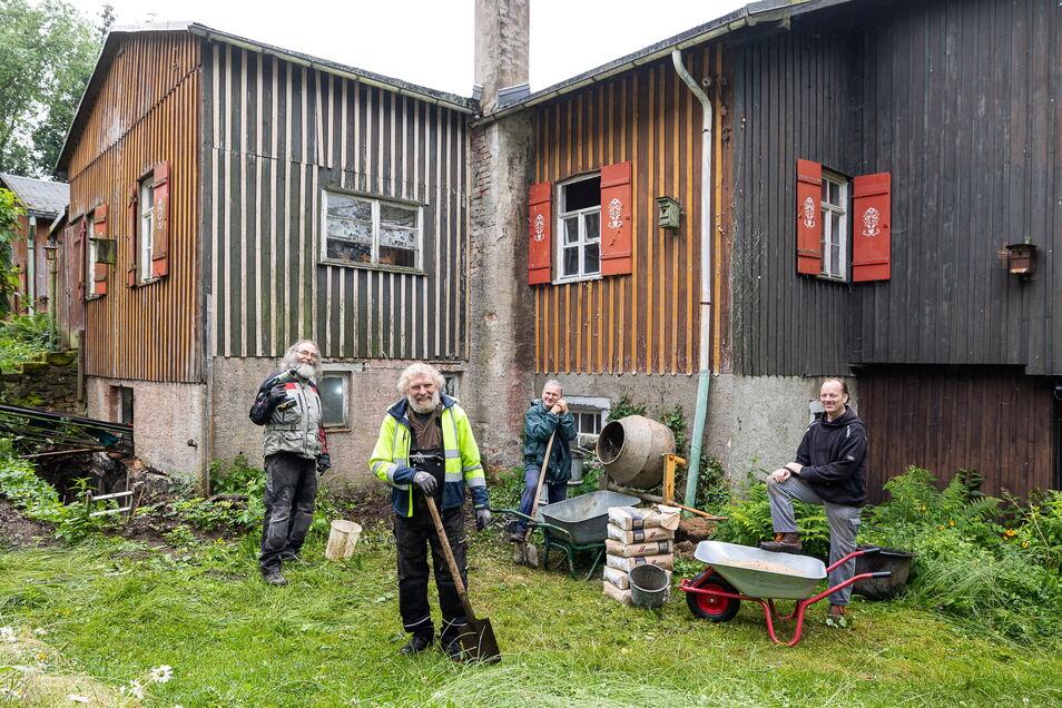 Kürzlich im Großeinsatz: Matthias Schulze, Dieter Popp, Jens Rosenthal und Martin Teller gießen Beton unters Fundament.