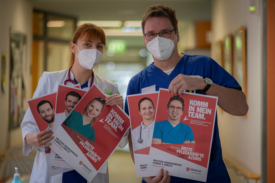 Personalmangel macht erfinderisch: Das Kamenzer Krankenhaus hat jetzt eine Plakataktion gestartet. Dabei zeigen Mitarbeiter Gesicht. Stationsärztin Vera Kashirova und Dr. Rüdiger Soukup, Chefarzt der Inneren Medizin, zeigen die Probedrucke.