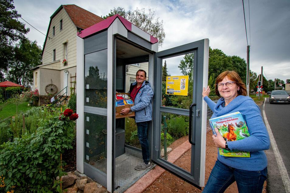 André und Sylvia Wagler haben an ihrem Grundstück in Masten eine ausrangierte Telefonzelle als Büchertauschstelle aufgebaut. Der öffentliche Bücherschrank ist noch nicht fertig. Regale und neue Farbe fehlen noch.