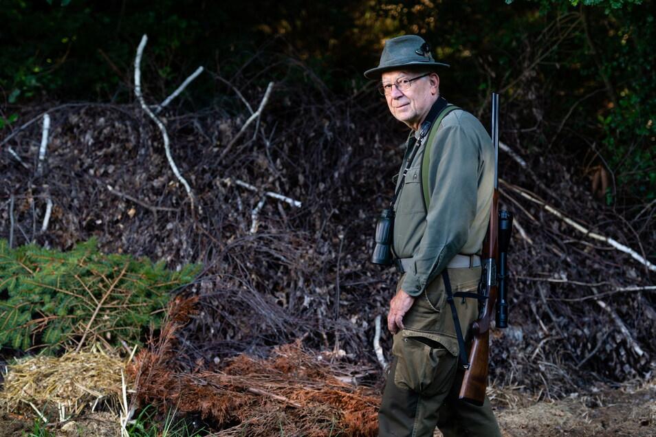 Am Rande von Lothar Jentschels Revier im Süden des Landkreises Bautzen haben Unbekannte abgeholzte Sträucher und Bäume entsorgt. Der Jäger befürchtet, dass sich in dem Haufen auch Speisereste befinden könnten, die dann Wildschweine anlocken.