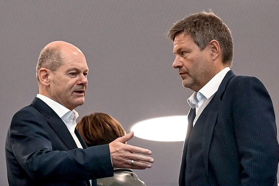 Olaf Scholz (l), SPD-Kanzlerkandidat und Bundesfinanzminister, spricht mit Grünen-Chef Robert Habeck am Rande der Koalitionsgespräche.