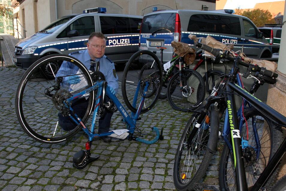 Ein Ermittler überprüft im Hof des Polizeireviers Pirna gestohlene und sichergestellte Fahrräder. Das Diebesgut wird von ihm kriminaldienstlich erfasst.