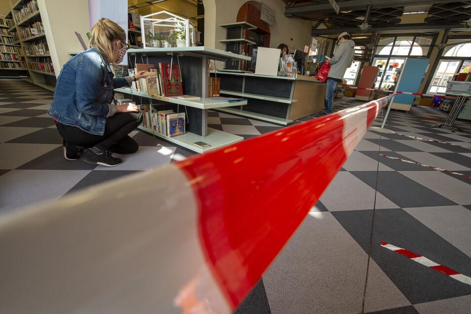 Das Absperrband in der Bibliothek weist den Besuchern jetzt den vorgeschriebenen Weg.