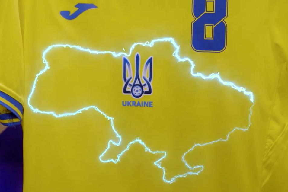 Das Trikot der ukrainischen Nationalmannschaft stößt beim Nachbarn Russland auf Protest. Auf den gelb-blauen Hemden ist eine Silhouette des Landes gedruckt worden mit der von Russland annektierten ukrainischen Schwarzmeer-Halbinsel Krim.