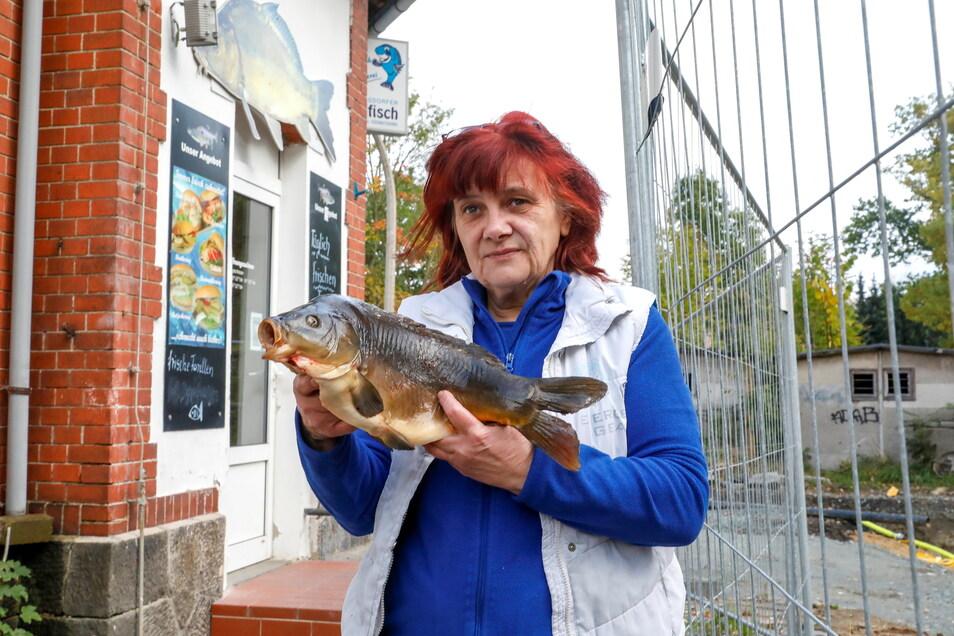 Auch, wenn es wegen des Bauzauns nicht so aussieht: Der Fischladen von Ines Rudolph in Neugersdorf ist geöffnet. Täglich wird frischer Fisch angeliefert.