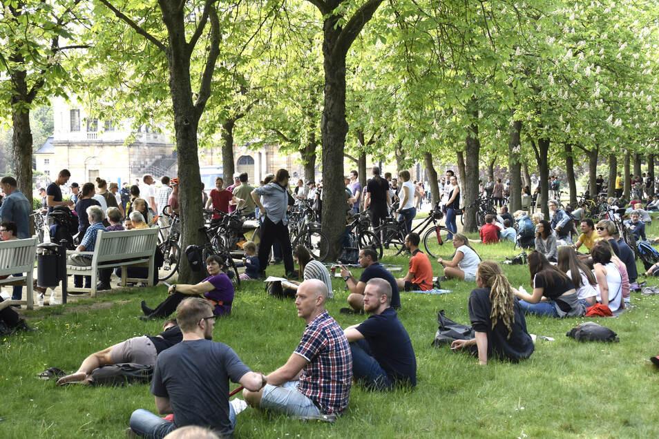 In Dresden protestierten am Sonnabend mehr als 200 Menschen gegen die staatlichen Corona-Regeln.