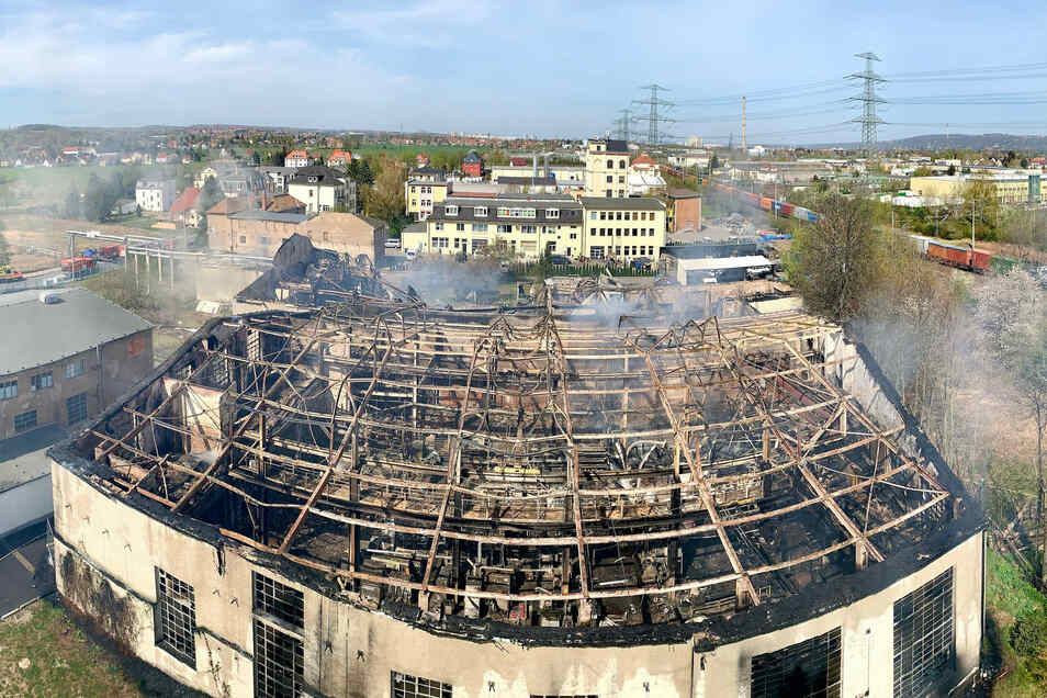 Von oben ist das Ausmaß des Brandes am 16. April auf der Heidenauer Breitscheidstraße besonders eindrücklich zu sehen.