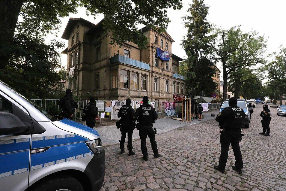 Die Beamten rückten gegen 6 Uhr in der Radeberger Vorstadt an.