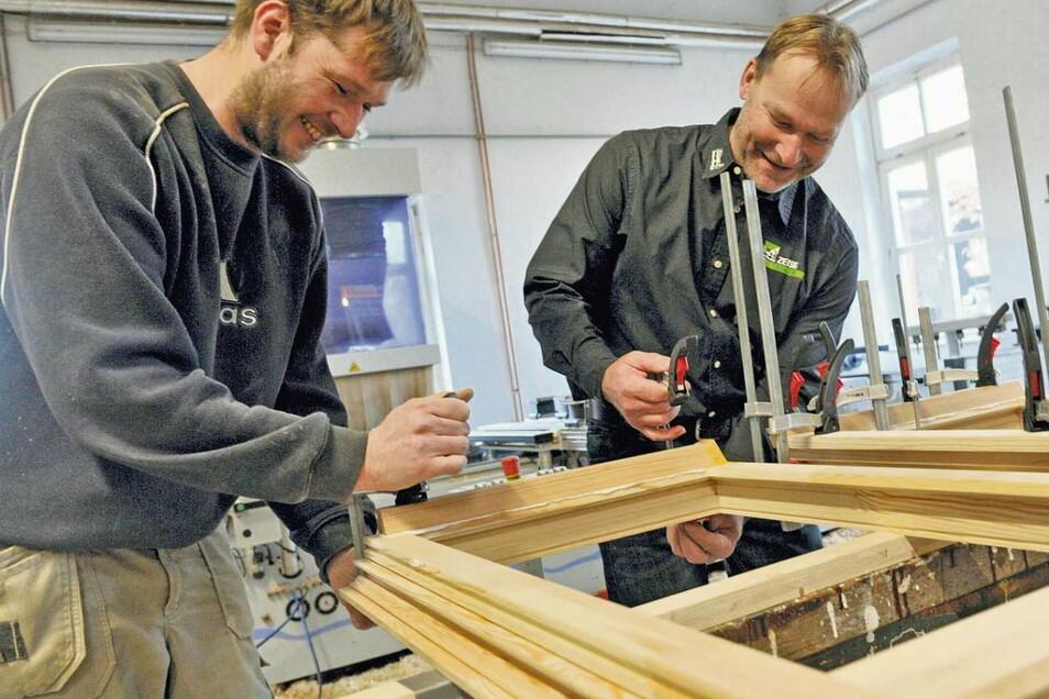 Rico Bohla (li.) und sein Chef Matthias Zeisig bei Verleimarbeiten an einem Fenster. Die meisten Bauelemente, die die Tischlerei in denkmalgeschützte Häuser in Dresden einbaut, stammen aus der eigenen Herstellung – wie auch diverse Möbel für Praxen u