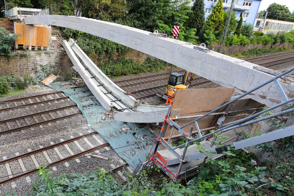 Teile einer Brücke liegen in Wuppertal auf den Gleisen statt auf einem Schwerlasttransporter.
