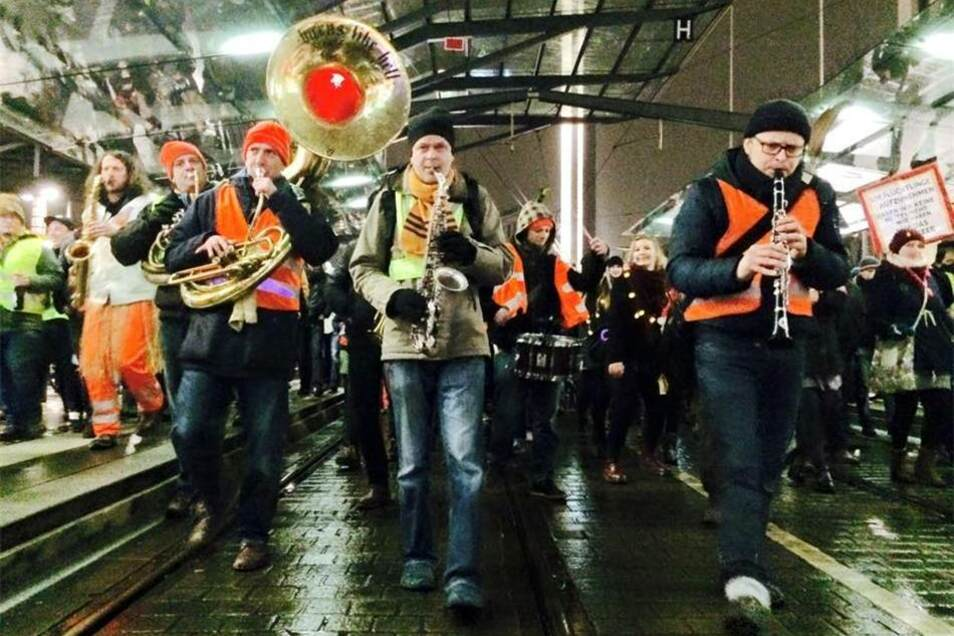 Vom Postplatz setzte sich kurz vor neun dann der von den Dresdner Bands Banda Comunale und Yellow Umbrella initiierte Neujahrsputz dann in Richtung Straßburger Platz in Bewegung.