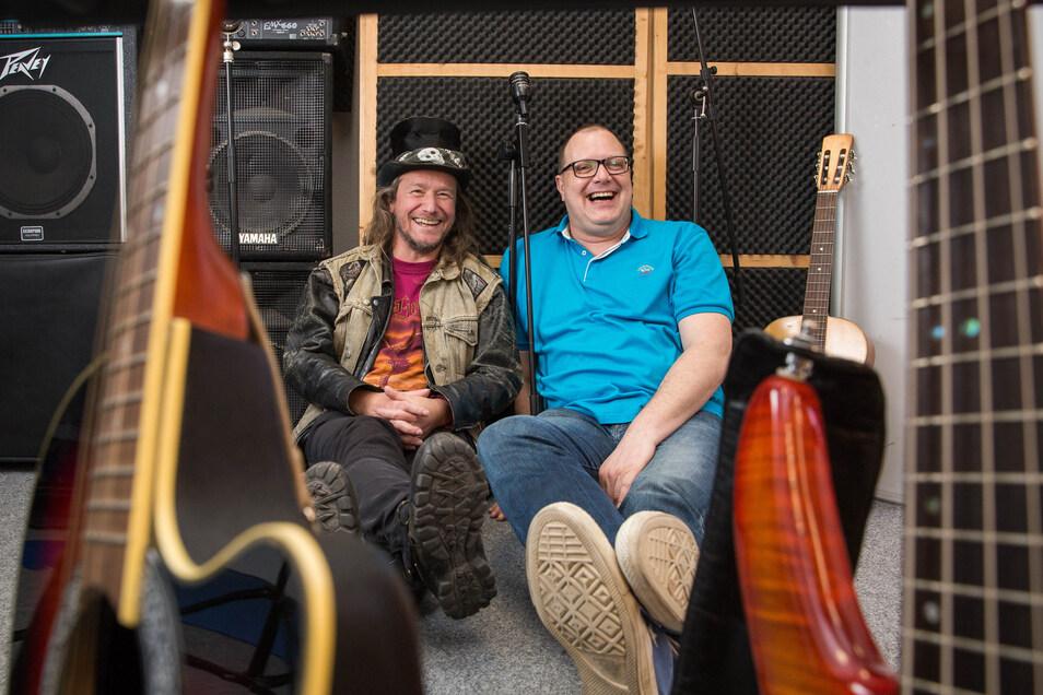Zwei Spaßvögel aus Laubegast: Michael Hloucal (l.) und Karsten Dudek wollen mit ihren Songs in der Corona-Krise für ein wenig gute Laune sorgen.