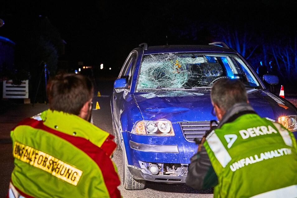 Die Unfallspuren wurden noch in der Unfallnacht genau aufgenommen. Ihre Auswertung ist noch nicht abgeschlossen.