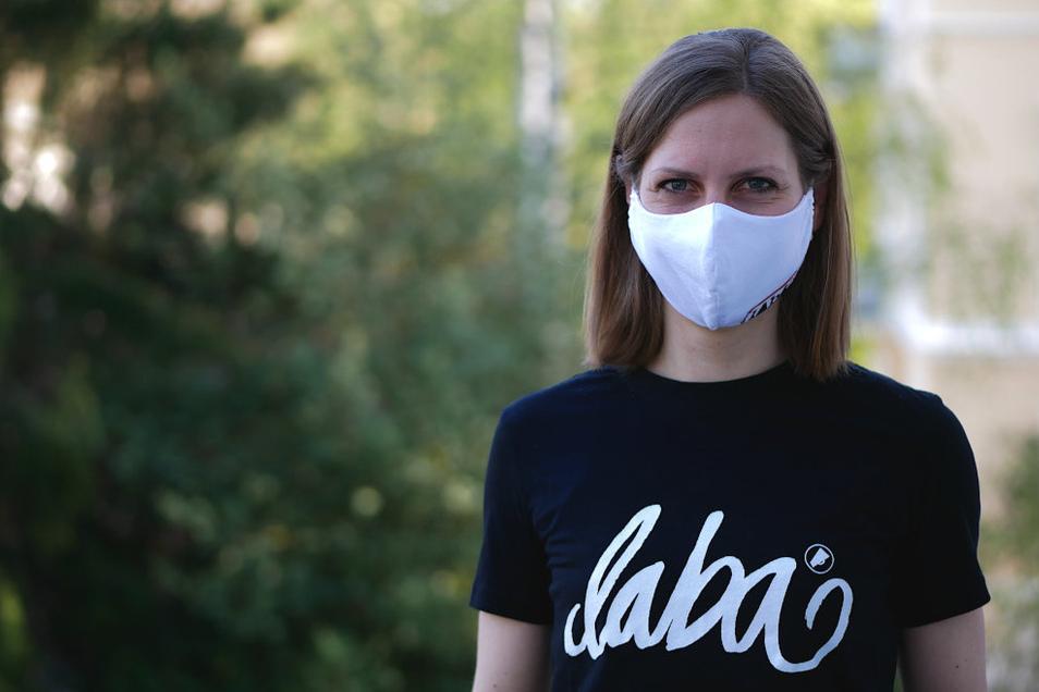 Jetzt kommen schicke Masken auf den Markt, wie diese vom Görlitzer Modelabel Laba. Sie werden aus T-Shirts gefertigt. Die Maskenproduktion an der heimischen Nähmaschine ist für viele ein neues Hobby.