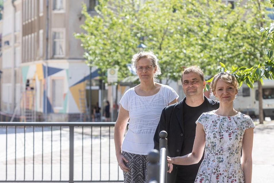 Projektsteuerin Martina Kasparetz-Kuhlmann, Glashüttes amtierender Bürgermeister Uwe Ahrendt (Grüne) und Tourismuschefin Bianca Braun vor der Galerie, die nächste Woche öffnet.