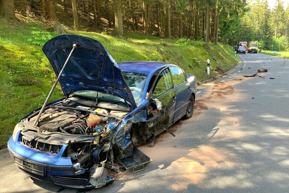 Ein Audi ist mit diesem Passat zusammengestoßen. Der schwere Crash ging für die Fahrer noch glimpflich aus.