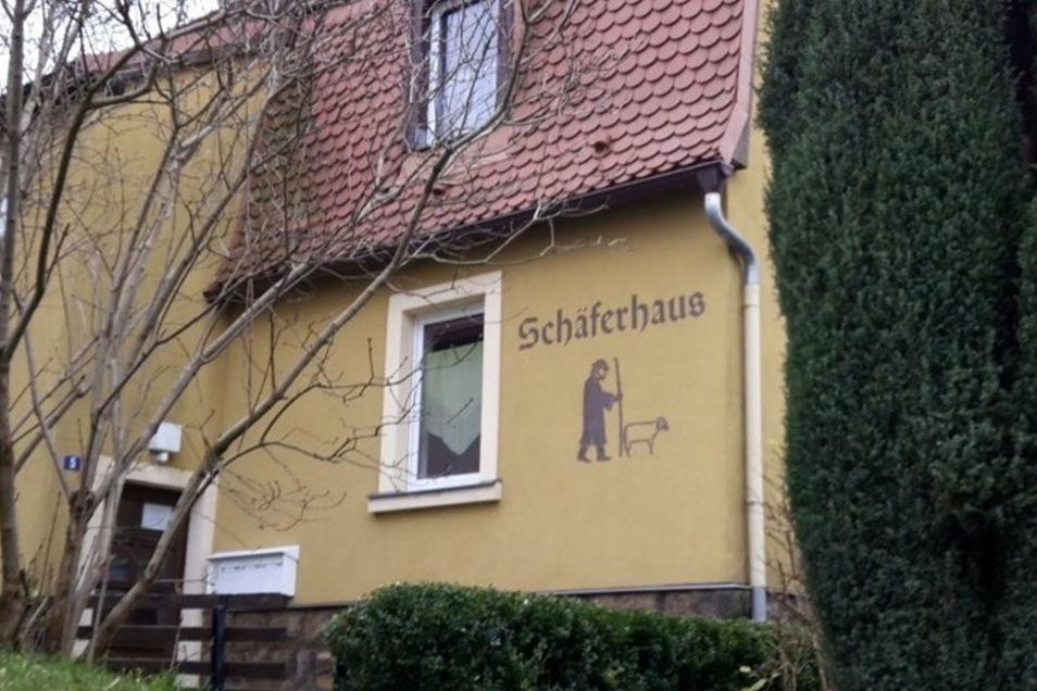 Solche einzeln benannte Häuser gibt es gleich mehrere, wie schräg gegenüber das Eisenbahnerhaus.