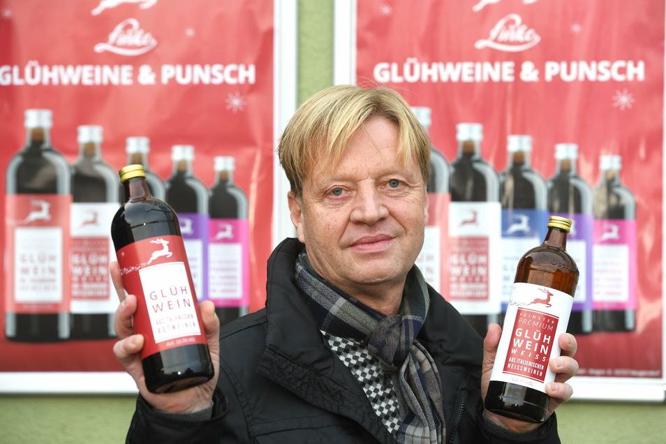 René Linke mit seinem Glühwein. Auch wenn es keine Weihnachtsmärkte gibt, verkauft die Kelterei ihn weiterhin im eigenen Hofladen.