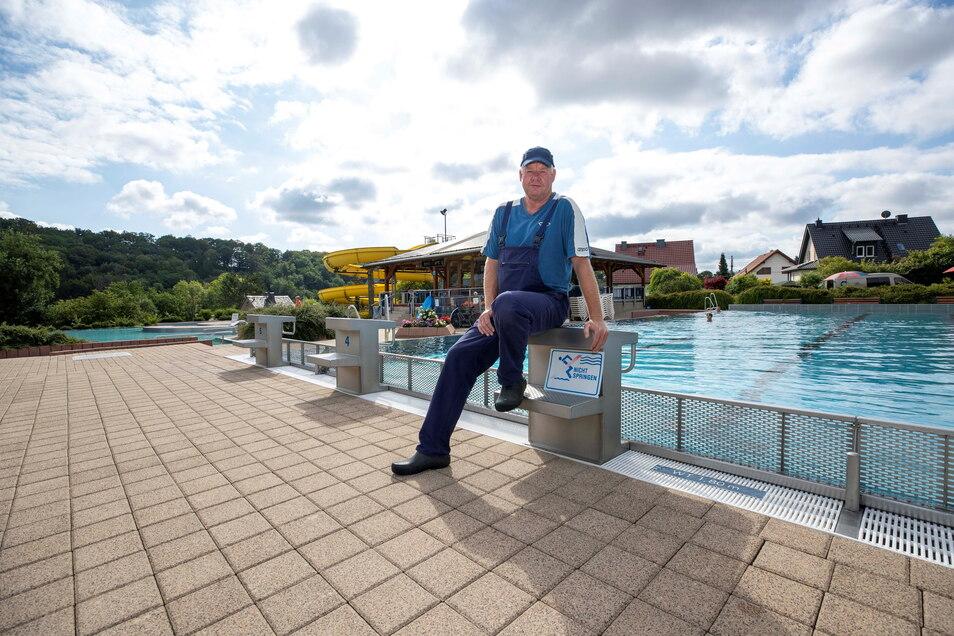 Für Schwimmmeister Jürgen Fischer gibt es immer was zu tun. Wenn wenig im Dorfhainer Bad los ist, dann führt er Reparaturen durch.