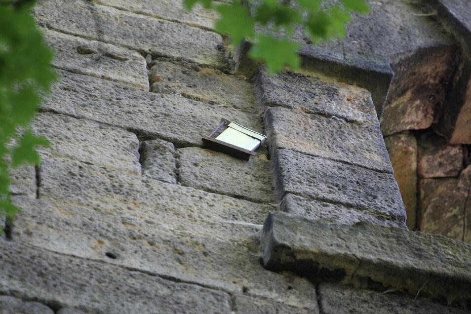 Kleines Kästchen an der Pirnaer Bastionenmauer in etwa 15 Meter Höhe: Ein Versteck für Geocacher?