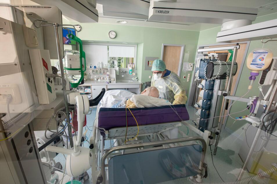 Ein mit Corona infizierter Mittelsachse wird auf der Intensivstation eines Krankenhauses behandelt.
