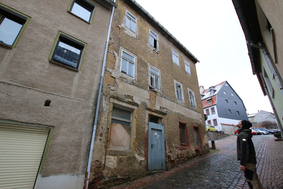 Drei Häuser stehen auf der Oberlanggasse zwischen Niedermarkt- und Badergasse. Zwei davon sind in so schlimmen Zustand, dass Stadtrat Stefan Orosz befürchtet, dass Abrisse drohen. Eine Interessengemeinschaft will solche Gebäude retten.