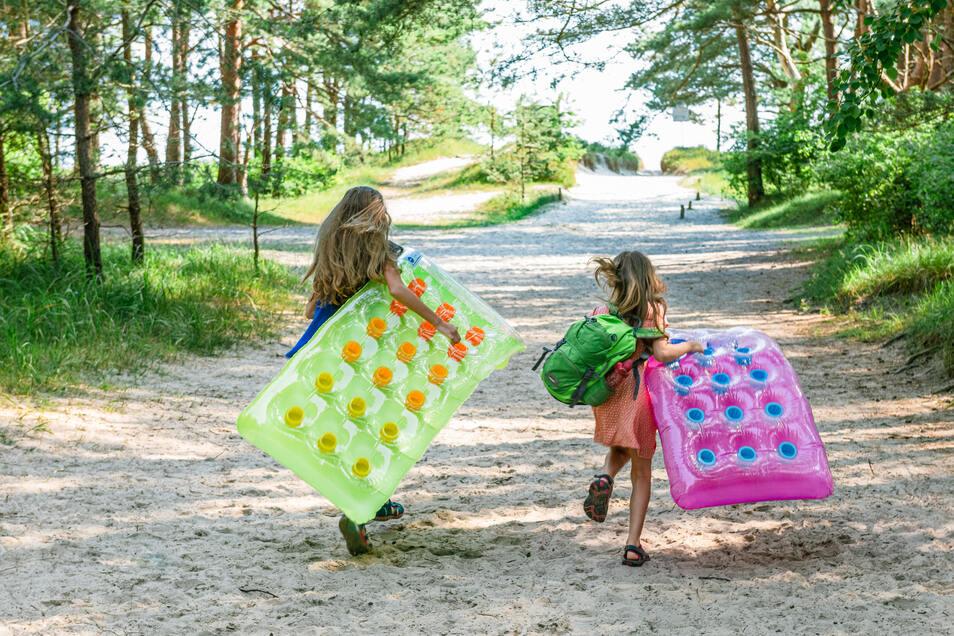 Endlich baden: Auf der Insel Usedom ist Strandurlaub besonders kinderfreundlich, denn das Meer ist anfangs sehr lange noch schön flach.