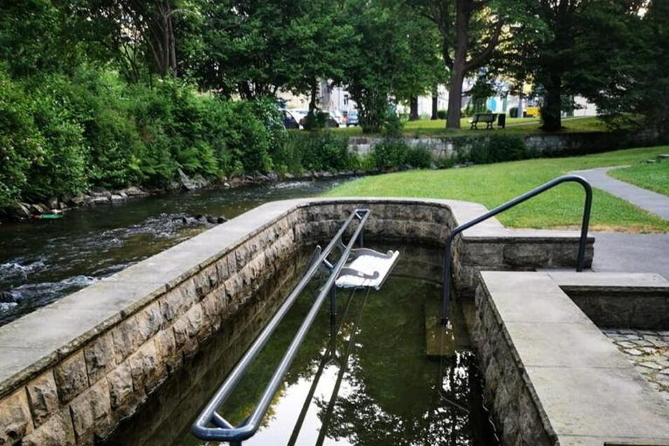 Diese Bank hängt im Wassertretbecken für Kneipp-Kuren.