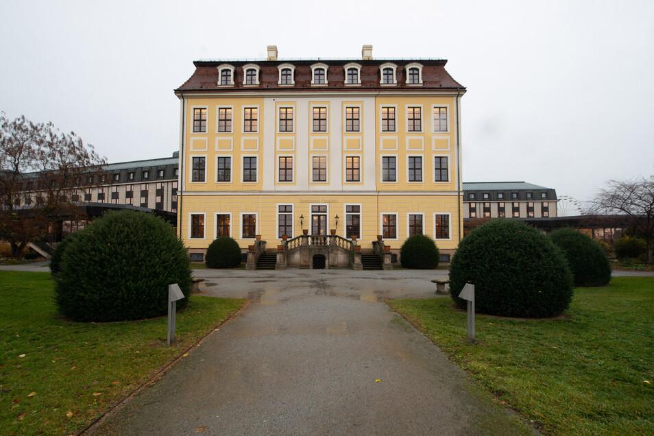 Der Altbau des Hotels sei das wohl bedeutendste der wenigen noch erhaltenen barocken Bürgerhäuser Dresdens, so die Denkmalschützer.