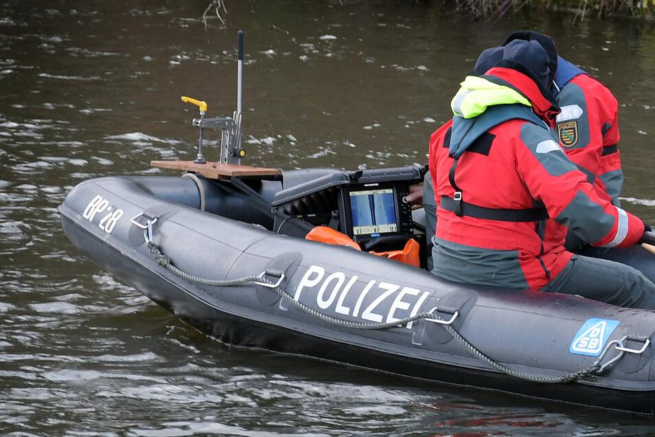 Neben Tauchern suchen auch Polizisten mit Sonartechnik nach dem Vermissten.