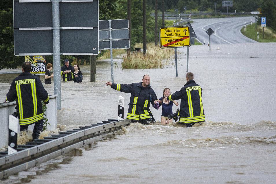 Die Geschichte des Mädchens Elfriede hat 2010 viele bewegt: Sie wohnte damals mit ihrer Familie in Hagenwerder – abgelegen, in der Nähe des ISG-Sportkomplexes und nahe an der Neiße. Als die Flutwelle kam, musste die damals Elfjährige schwimmen. Das Wasser stieg höher als sie groß war. Vorn an der B 99 angekommen, fischten Feuerwehrleute das Mädchen aus dem Wasser.
