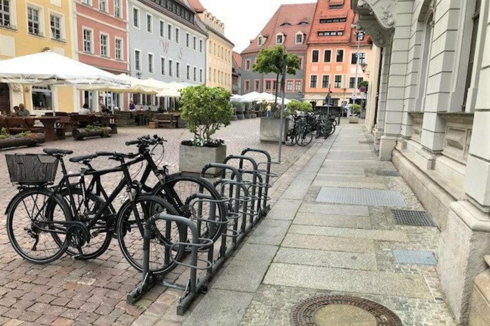 Neue Fahrradständer auf dem Pirnaer Untermarkt: Zusätzlich Platz für zehn Räder.