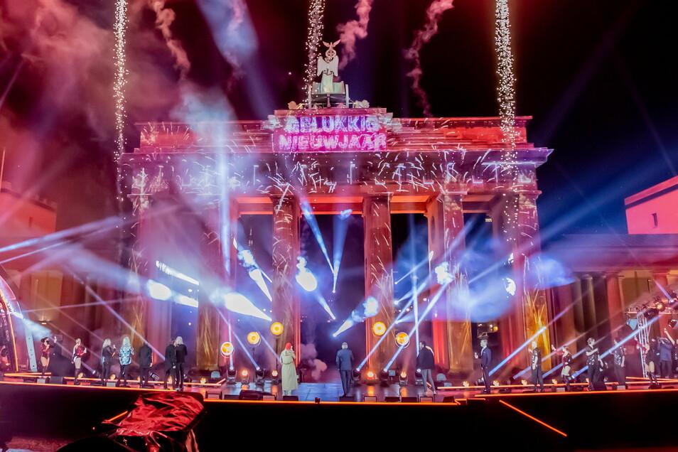 """Feuerwerk wird zu Neujahr bei der ZDF-Silvestershow """"Willkommen 2021"""" am Brandenburger Tor gezündet. Deutschlands größte Silvesterparty in Berlin am Brandenburger Tor war dieses Jahr coronabedingt abgesagt."""