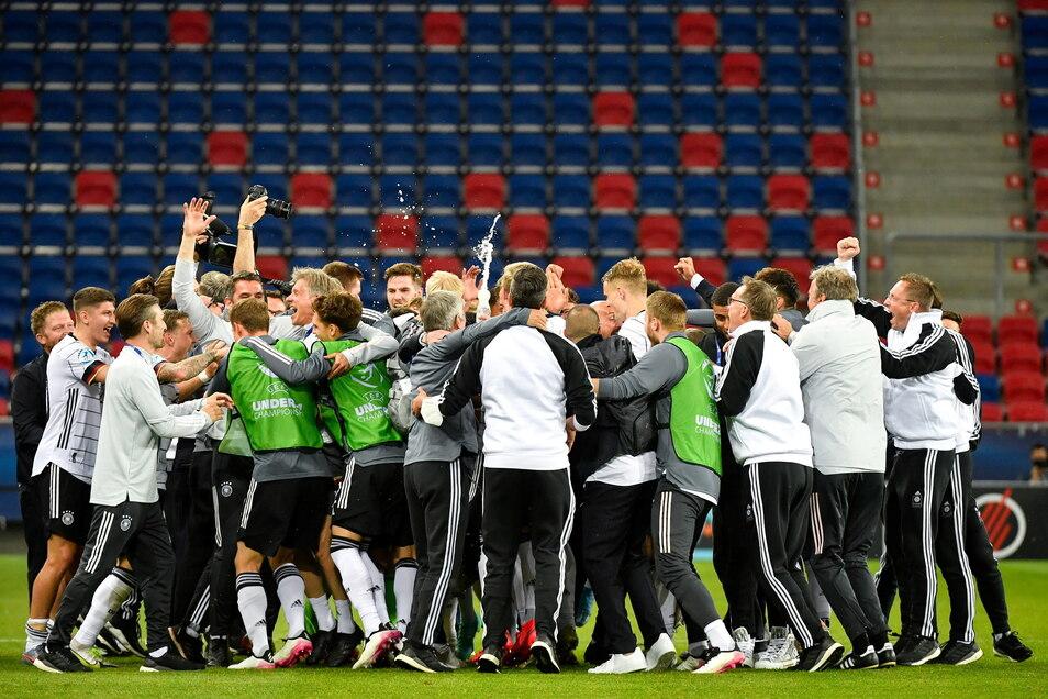 Die Spieler von Deutschland jubeln nach dem Spiel.