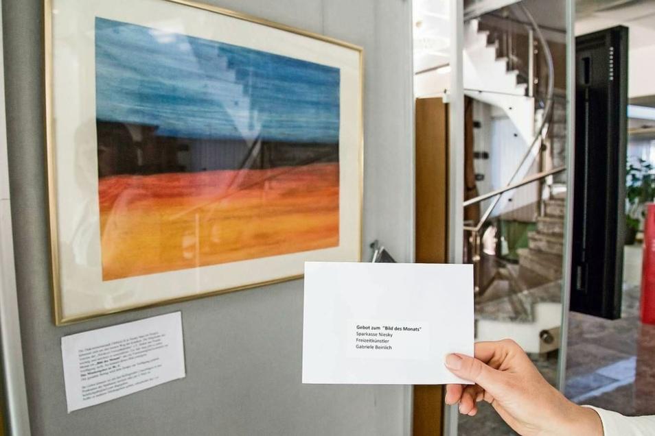 Gut sichtbar hängt das zweite Gemälde der Freizeitkünstler-Auktion im Eingangsbereich der Nieskyer Sparkasse. In einem Briefumschlag kann das eigene Gebot mitgeteilt werden.