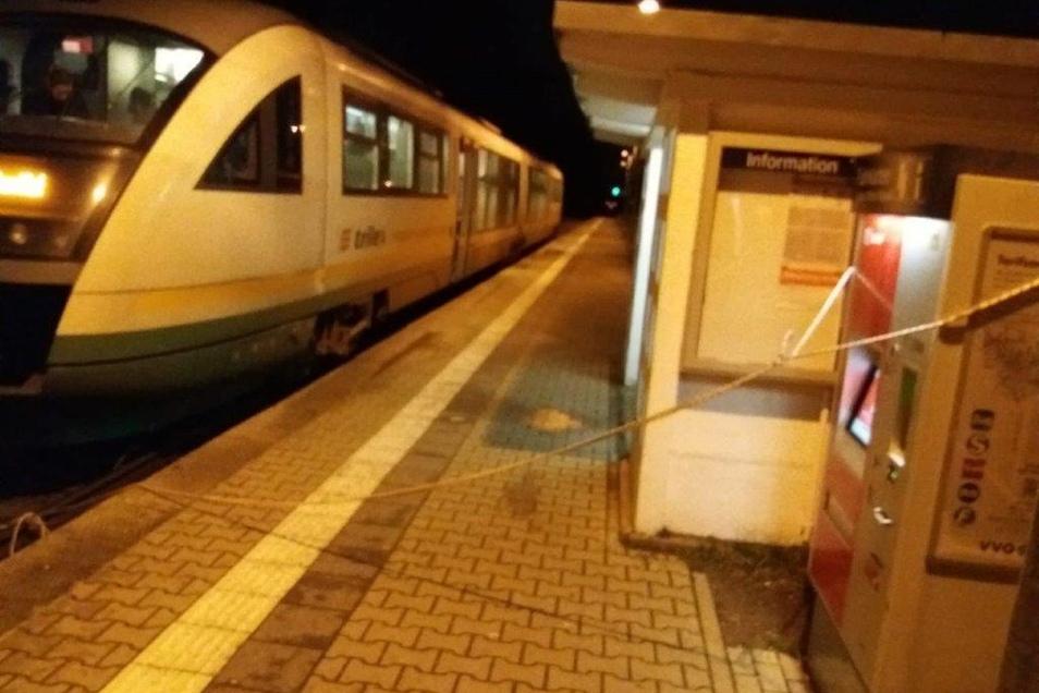 Das Seil war um den Fahrkartenautomaten gelegt. Der Zug rollte darüber.