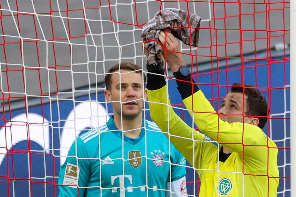 Bayern-Torwart Manuel Neuer hat das Netz mit seinem Handtuch geflckt, aber Schiedsrichter Daniel Siebert ist das nicht sicher genug.