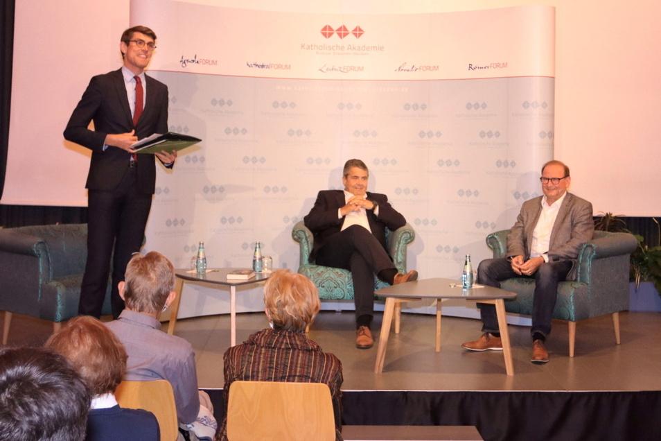 Sigmar Gabriel (Mitte) und Jürgen Opitz (re.), Bürgermeister in Heidenau, auf dem Podium im Zwickauer Peter-Breuer-Gymnasium.