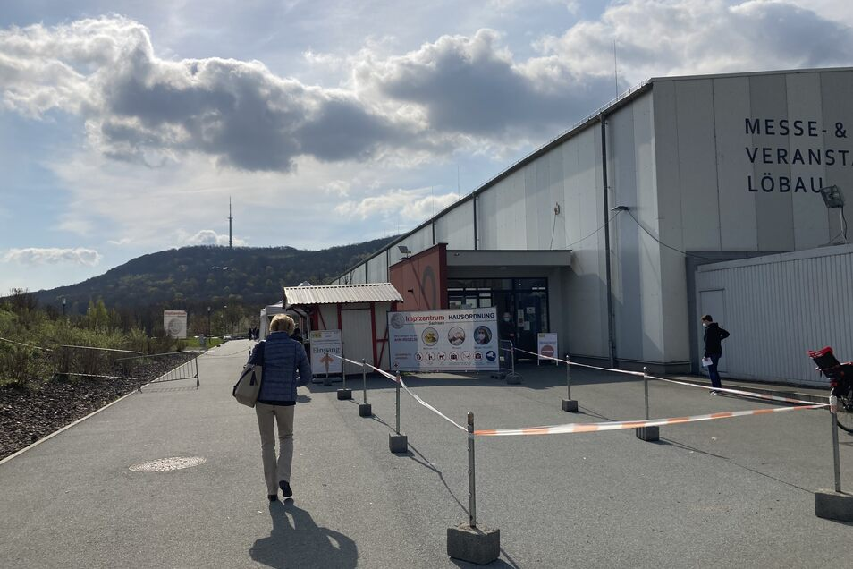 Das Impfzentrum in der Löbauer Messehalle.