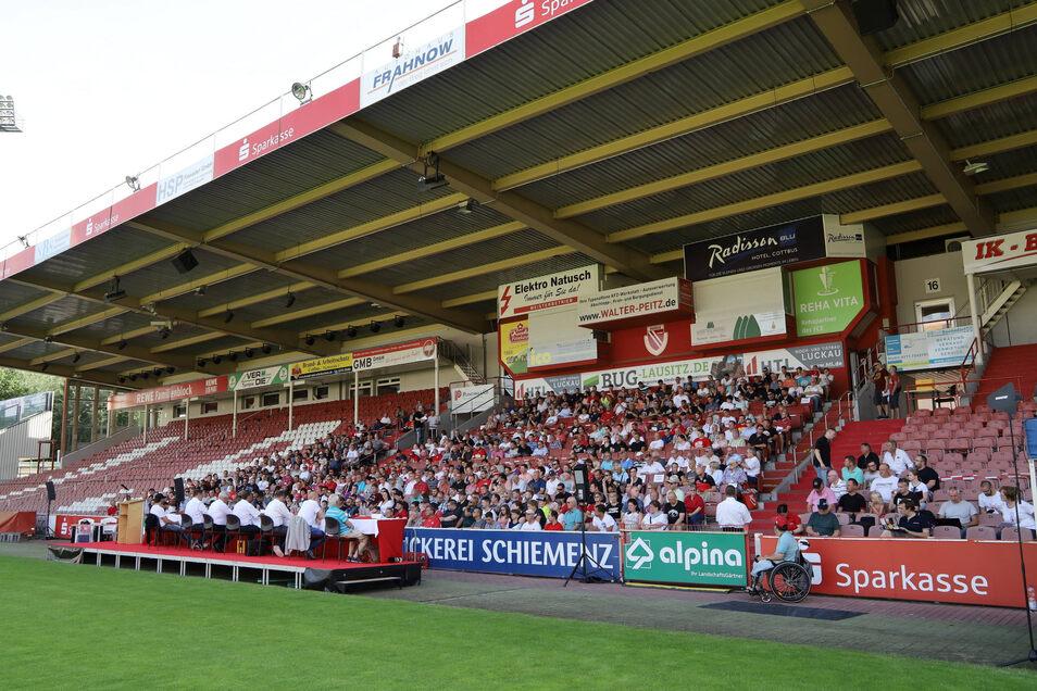 Mitgliederversammlung im Freien - und ohne Medien. Nach dem Ausschluss von RBB-Journalisten verließen auch die Reporter der Lausitzer Rundschau das Stadion.