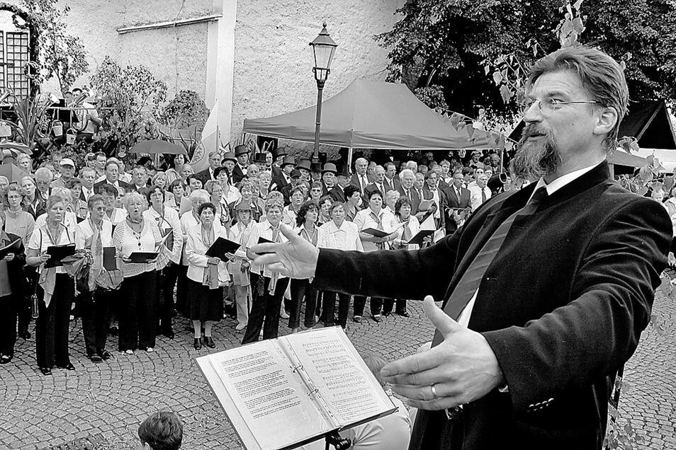 So werden viele Ulf Großmann in Erinnerung behalten: Als Chorleiter, wie hier beim Schlesischen Tippelmarkt auf dem Obermarkt.