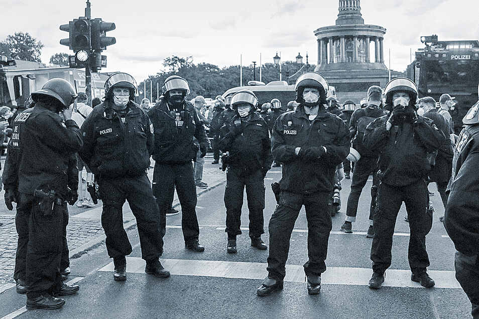 Einerseits soll die Polizei die Bürger vor Extremisten schützen. Aber wer schützt die Bürger vor Extremisten in den Reihen der Polizei?