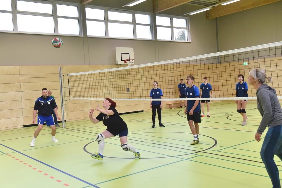 Philipp Querner, OB Kerstin Körner und Jana Gerisch vom Rathausteam besiegten die Zehntklässler der Oberschule Schmiedeberg knapp im Volleyballduell zur Eröffnung der neuen Turnhalle.