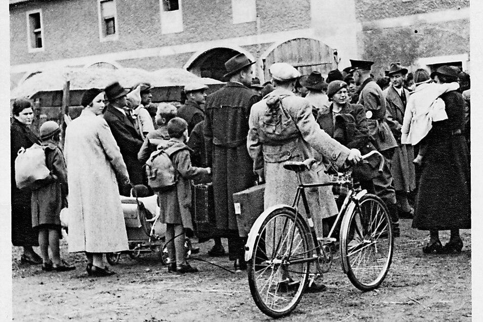 Vertriebene kurz vor ihrer Ausweisung auf einem Sammelplatz in Kleinschönau, heute Sieniawka in Polen. Eine seltene Aufnahme, denn fotografieren war damals nicht erwünscht.