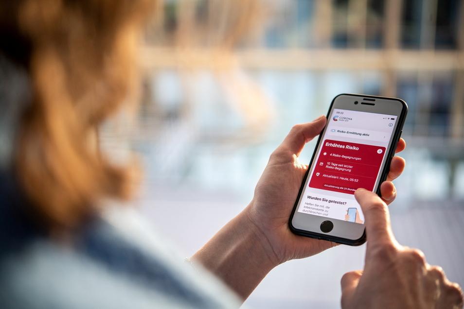Leuchtet die Corona-Warn-App rot, heißt es: Häusliche Quarantäne. Arbeitnehmer müssen dann gegebenenfalls auch im Homeoffice Aufgaben übernehmen.