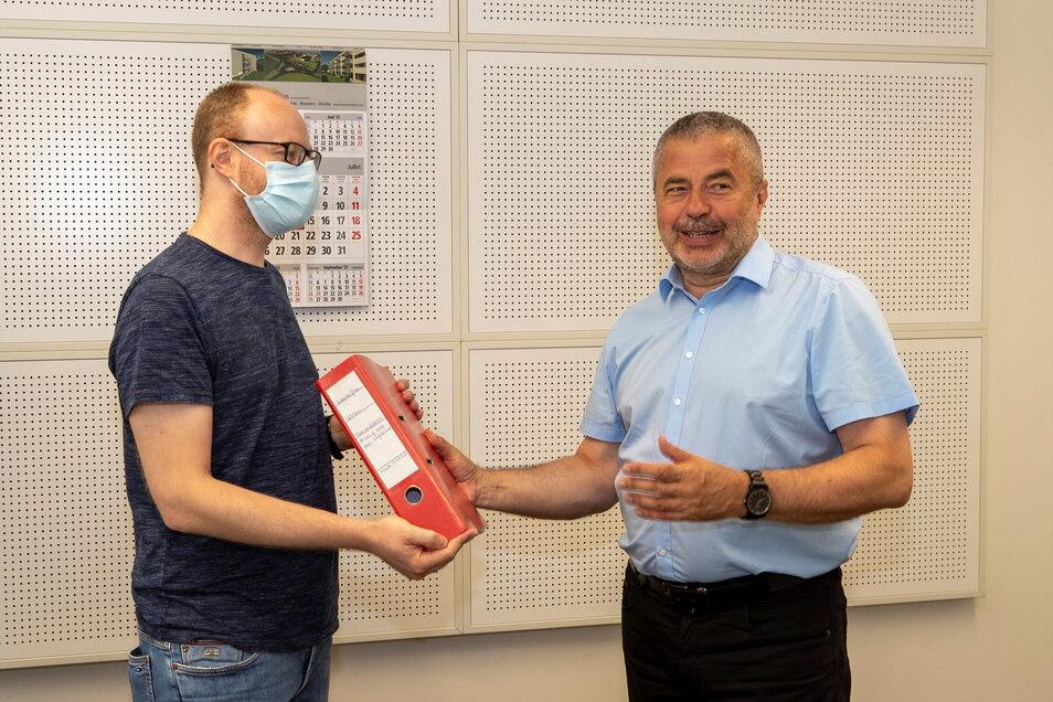 Matthias Knebel (li.) übergibt Landrat Michael Geisler die Petitionsliste. In dieser wird eine Rückkehr der abgeschobenen Familie Imerlishvili gefordert.