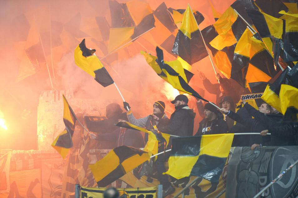 Fans von Dynamo Dresden brennen beim Spiel gegen den 1. FC Nürnberg am 20. Dezember 2019 im Stadion Pyrotechnik ab.